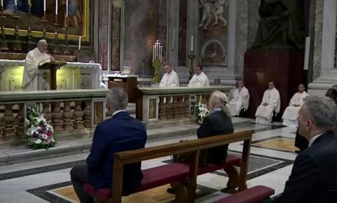 Papa volta a celebrar missas com fiéis no Vaticano