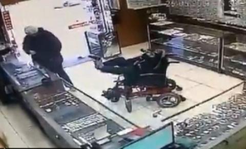 Inacreditável: Cadeirante mudo assalta joalheria com arma nos pés, veja vídeo