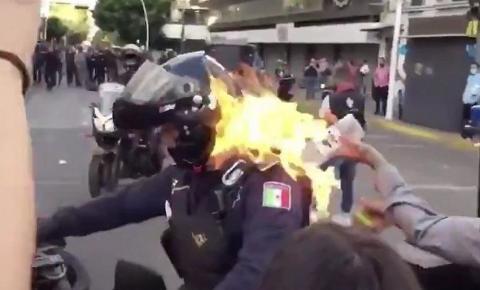VÍDEO CHOCANTE. Manifestante ateia fogo em policial durante protesto