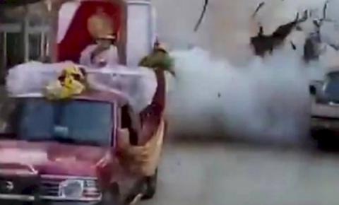 Vídeo: homem morre e adolescente fica ferido após explosão durante celebração religiosa