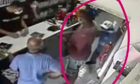 EXATO MOMENTO: Técnico de enfermagem é esfaqueado dentro de loja no Centro de João Pessoa; VÍDEO FORTE