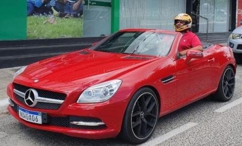 [VÍDEO] Empresário paraibano viraliza após comprar carro de luxo e não caber no veículo