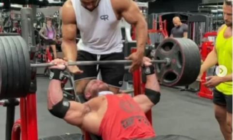 Vídeo impressionante mostra momento em que peitoral de fisiculturista se rasga enquanto levantava peso em academia; assista