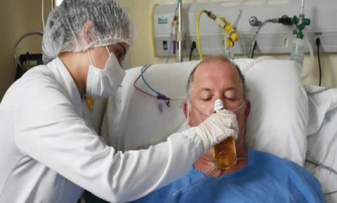 Paciente toma cerveja em hospital após ganhar alta de UTI Covid