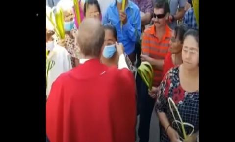 Vídeo polêmico: Padre retira máscara de fiel e pede para que outras pessoas façam o mesmo