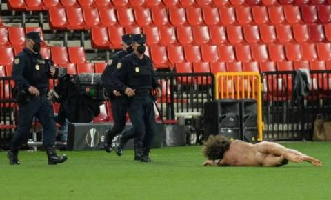 Homem invade campo nu e interrompe partida de futebol por alguns minutos; veja