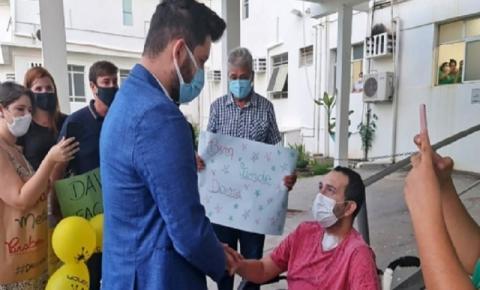 VEJA O VÍDEO: Vendedor é pedido em casamento na frente de hospital pelo namorado após passar 38 dias em UTI com Covid-19