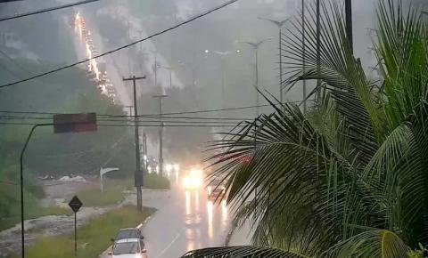 Chove mais de 50 milímetros nas últimas doze horas, em João Pessoa; veja pontos de alagamento