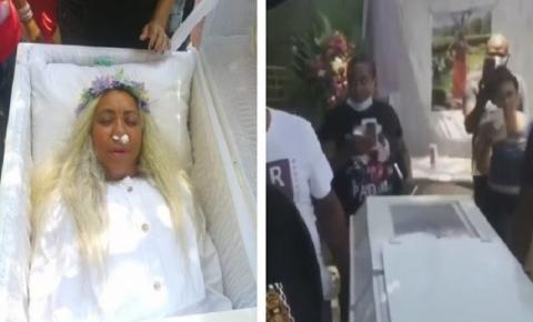 INUSITADO: Mulher aluga caixão, ensaia funeral no quintal e ouve choro de amigos. veja o vídeo