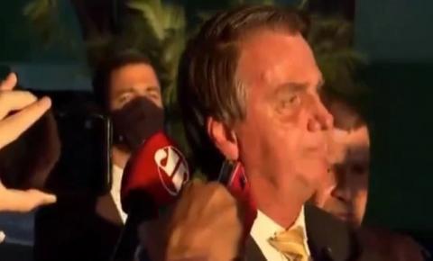 Bolsonaro interrompe coletiva de imprensa para rezar o 'Pai Nosso' após não gostar de pergunta – VEJA VÍDEO