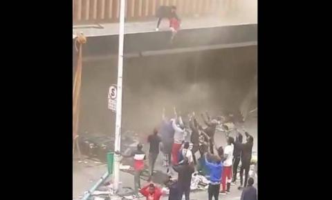 IMAGENS CHOCANTES: Mãe joga bebê de prédio em chamas na África do Sul