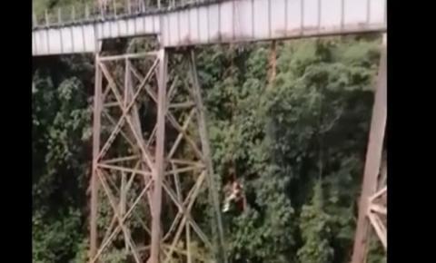 IMAGENS FORTES: Mulher morre ao saltar de bungee jump antes de colocar o equipamento de segurança