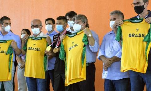 João Azevêdo recepciona atletas paralímpicos que representaram o Brasil e a Paraíba em Tóquio