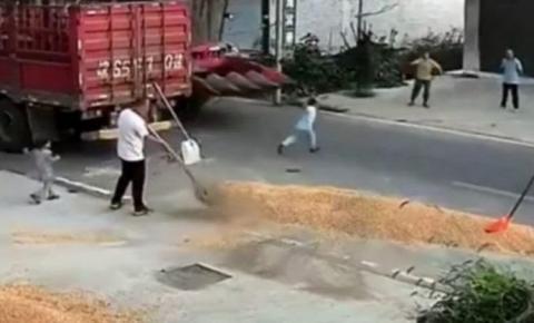 Criança é atropelada por colheitadeira e sobrevive por um 'milagre'; veja o vídeo