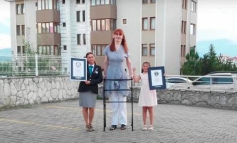 Com 2,15 metros, saiba quem é a mulher mais alta do mundo; confira