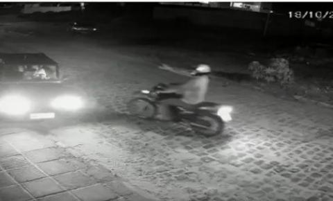 VÍDEO mostra mulher sendo surpreendida e assaltada na frente de condomínio, em João Pessoa