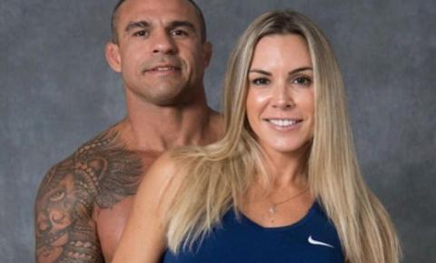 [REVEJA O VÍDEO] Famosa marca de suplementos rompe contrato com casal de brasileiros após polêmica sobre banheiro unissex