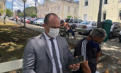 Após ser impedido de entrar na Assembleia Legislativa, Cabo Gilberto participa de sessão em banquinho na praça João Pessoa