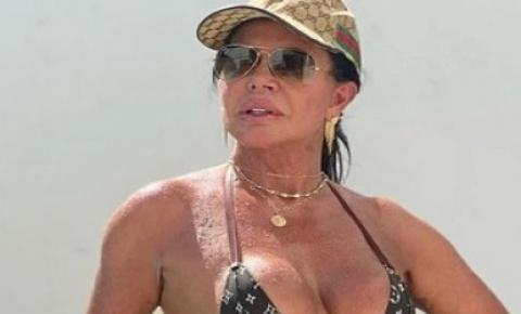 Aos 62 anos, Gretchen mostra corpão em foto de biquíni à beira da piscina