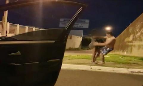 Mulher transexual é atacada na rua enquanto amigos do agressor filmam o momento de violência – VEJA VÍDEO