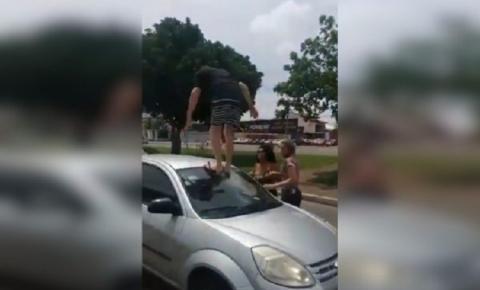 Vídeo: Após batida, homem persegue, agride e quebra carro de mulher