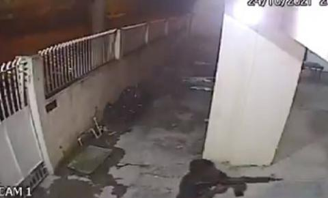 MOMENTOS DE TERROR! Vídeo mostra bandido de fuzil assaltando fiéis em igreja evangélica; assista