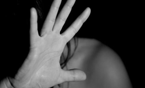 Ex-jogador é preso por encostar partes íntimas em mulher em bar
