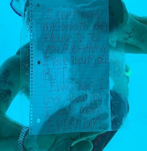 Homem morre afogado ao fazer pedido de casamento inusitado; assista!